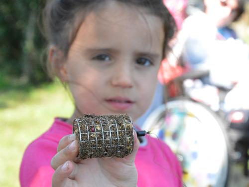 Petite fille avec cage plombée pour la pêche au feeder
