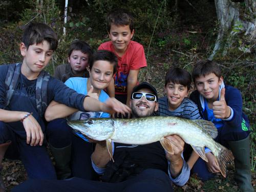 Groupe de pêcheurs avec un gros brochet