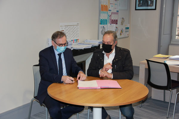 Signature d'un convention entre Xavier Papillon et Patrick Ruffié