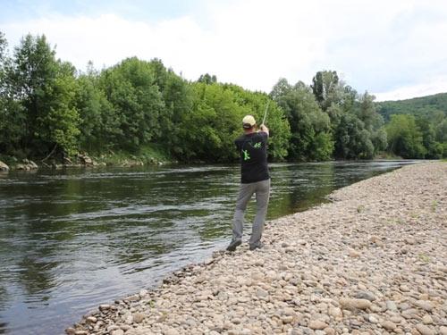 Pêcheur de truite au leurre sur la Dordogne